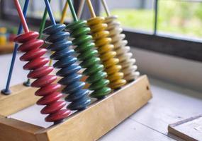 anelli di legno colorati a piramide foto