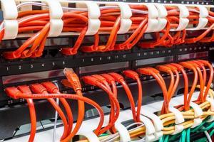 Close up di cavi di rete rossi collegati per passare foto