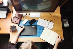 sviluppatore e designer freelance che lavora a casa, uomo che usa la scrivania foto