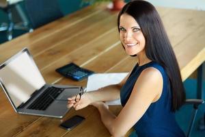 donna d'affari utilizzando il suo computer portatile in ufficio foto
