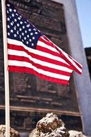 bandiera americana in piedi alto foto