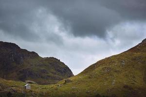 sentiero con piccola baracca - isole lofoten, norvegia foto