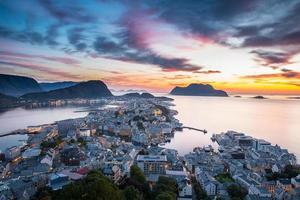 vista dall'alto della città di alesund al tramonto. Norvegia foto