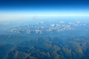veduta aerea di montagne e paesaggio foto