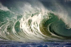 primo piano di un'enorme onda nell'oceano foto