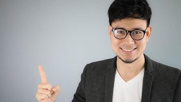 uomo d'affari asiatico che punta. foto