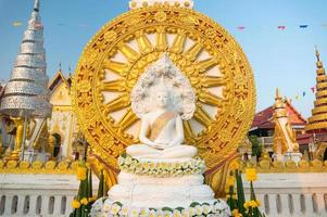 Buddha seduto asiatico