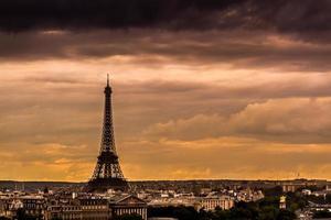 skyline di Parigi al tramonto foto