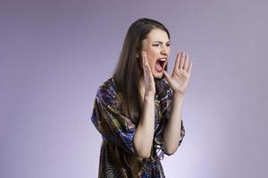 donna asiatica che grida forte foto