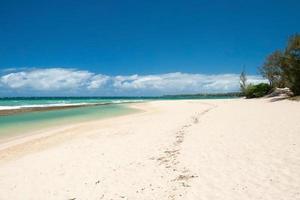 bellissima spiaggia vuota alle hawaii foto