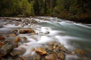 Scorrimento dell'acqua lungo la piccola insenatura nella bellissima Columbia Britannica