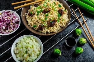 insalata di spaghetti asiatici di pollo foto