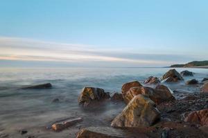 riva dell'oceano (bassa velocità dell'otturatore) foto