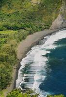 vista della spiaggia nella valle di waipio foto