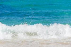 oceano e sfondo tropicale spiaggia sabbiosa foto