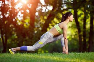 donna che fa esercizi di fitness nel parco