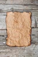 vecchia carta su pannello di legno