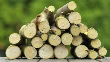 legno appena tagliato del fuoco su uno sfondo verde bokeh