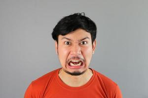 uomo asiatico arrabbiato foto