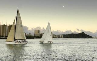 sorgere della luna sopra la testa di diamante con barche a vela foto