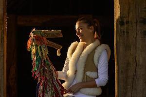 Ritratto di una giovane donna e burattino tradizionale foto