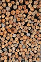 legname impilato di legno di pino per sfondo di edifici di costruzione foto