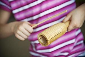 bambino che gioca a blocchi di legno foto