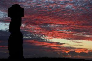 ahu tahai, moai all'isola di pasqua foto