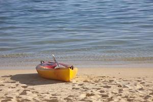kayak da mare sulla spiaggia al tramonto foto