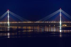 vista notturna per il ponte per l'isola Russky a Vladivostok foto