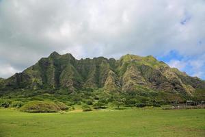 kualoa ranch scogliere sotto le nuvole foto