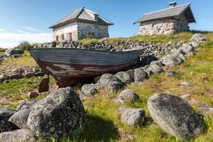 vecchia barca e case di pietra. foto
