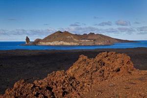 bellissimo paesaggio scenico dell'isola di bartlome nelle isole galapagos foto