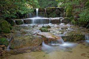 piccola cascata su un fiume in Giappone foto