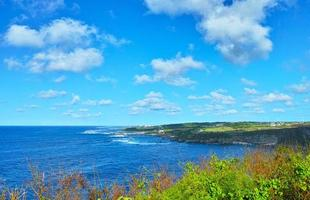 mezza estate del paesaggio della costa sud di Miyakojima foto