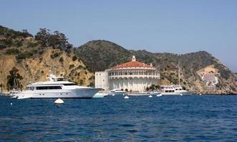 mega yacht al porto di avalon foto