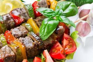 carne alla griglia su spiedini