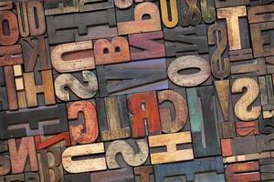 tipo di legno dello scritto tipografico con patina di inchiostro foto