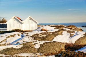 costa del Mare del Nord con due cottage bianchi foto