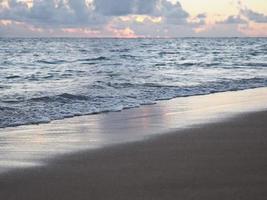 spiaggia crepuscolare di waikiki foto