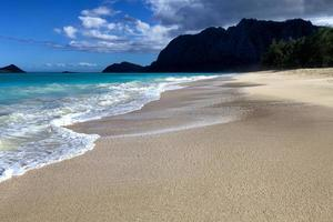 da solo sulla spiaggia di sabbia foto
