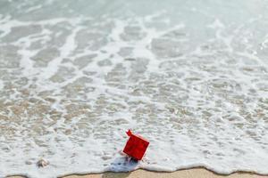 scatola regalo rossa in mare foto