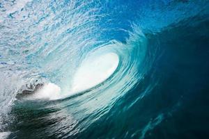 una vista interna di un'onda a botte nell'oceano