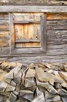 Feuerholz an der Holzhütte foto