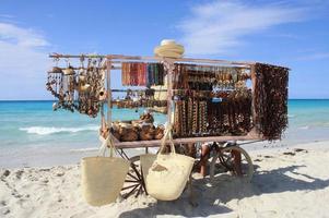 venditore spiaggia dal chiosco souvenir di Cuba