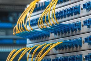 cavo in fibra ottica con server di rete ottico foto