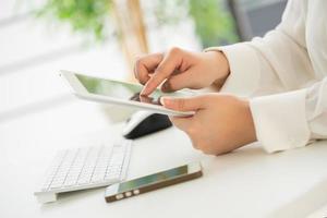 mani di una tastiera di battitura a macchina della donna dell'ufficio con la carta di credito foto