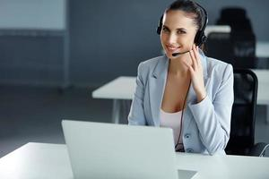 operatore di call center seduto davanti al suo computer foto