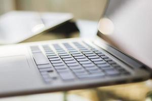 laptop moderno a casa, profondità di campo