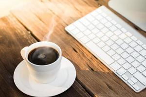 caffè con tavolo da lavoro foto